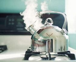 برای رفع گرفتگی سینک ظرفشویی با آب جوش